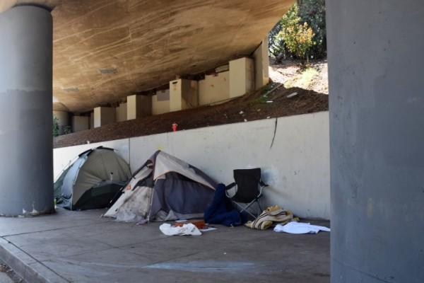 Según algunas estimaciones, California tiene poco más de un millón de unidades de alquiler que son asequibles y están disponibles para los residentes de ingresos extremadamente bajos. Y sin embargo, estas imágenes son frecuentes en las grandes ciudades. Foto:e Adriene Hill / California Dream.