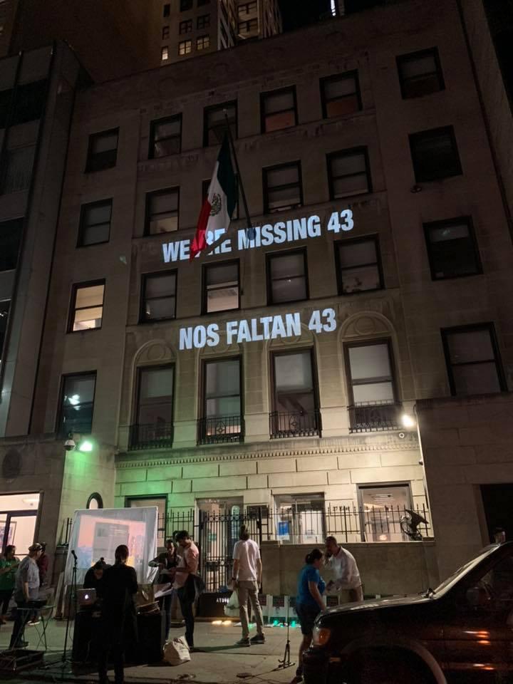 En el Consulado mexicano de NY. Foto: Running for Ayotzinapa.