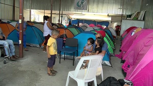 Una de las carpas improvisadas en el lado Mexicano de la frontera donde los migrantes en busca de asilo tienen que esperar su turno para acceder a una audiencia con un juez de Inmigración. Foto: www.kpbs.org.