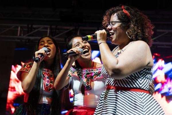 'La Marisoul' Hernández de la banda La Santa Cecilia, canta con Sheyla y Emily Rosas, del Dueto Dos Rosas.