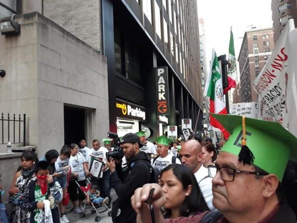En el Consulado de México en NY los manifestantes hacen una parada para escuchar los discursos de los oradores. Foto: Malú Huacuja del Toro.
