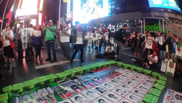 Tendido de fotos de los 43 normalistas en el piso de Times Square. Foto: Francisco.