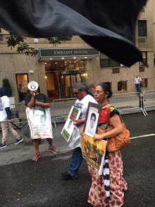 Betina Cruz y Ramiro Velázquez, ambos concejales del CNI-CIG, y al fondo Antonio Tizapa en el megáfono, por céntricas calles de Nueva York durante el 5to aniversario de la desaparición de los normalistas de Ayotzinapa. Foto: MVG.