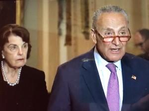 Charles Schumer, senador demócrata de Nueva York y líder de la minoría demócrata en la cámara alta. A su espalda la senadora de California, Diane Feinstein.