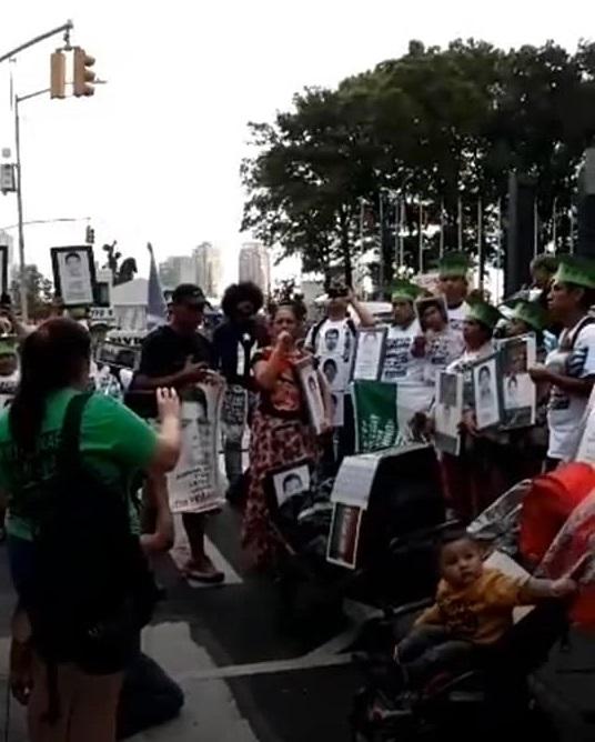 En el inicio de la marcha el 26 de septiembre de 2019 frente a la ONU en Nueva York, la concejal del CNI-CIG, Betina Cruz hace un recuerdo de los cinco años que han pasado desde la desaparición de los 43 Normalistas de Ayotzinapa. Foto: Malú Huacuja del Toro.