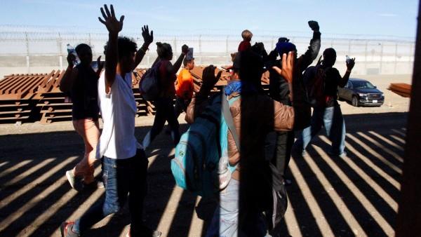 Inmigrantes que llegan a la frontera sur de Estados Unidos en busca de asilo. Foto: https://qz.com.