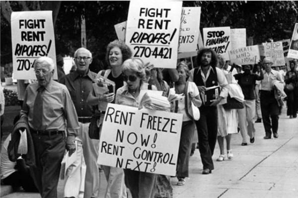 Un informe documenta décadas de la política de control de rentas de la ciudad, incluida la introducción de una ordenanza de estabilización de rentas en la década de 1970. En la imagen: una marcha de control de alquileres de 1978 en el ayuntamiento de Los Ángeles, California. Foto: www.ucla.edu.