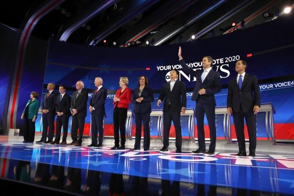 Los diez candidatos demócratas a la representación de su partido para las presidenciales de 2020, en el tercer debate en Houston, Texas. Foto: http://www.wtma.com.