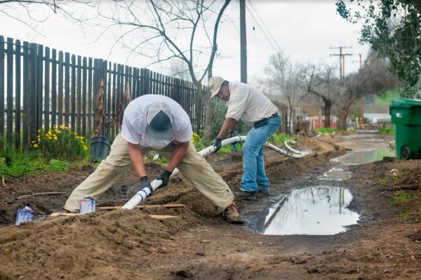 Residentes de East Porterville vivieron con graves problemas de agua potable durante años hasta que finalmente se hizo una conexión con la ciudad de Porterville en 2016 con 25 millones de dólares en fondos provistos por la Proposición 1 del estado, promulgada en 2014. Foto: Florence Bajo / Departamento de Recursos Hídricos de California.