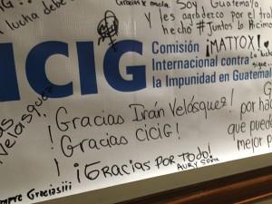 En esta manta despiden a los anteriores miembros de la CICIG, en el interior de las oficinas ya vacías.