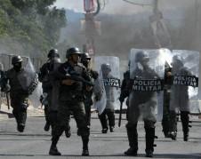 Oficiales de la policía militar bloqueando las calles con barricadas durante las protestas que exigen los resultados finales de las elecciones. Foto: /www.hrw.org.