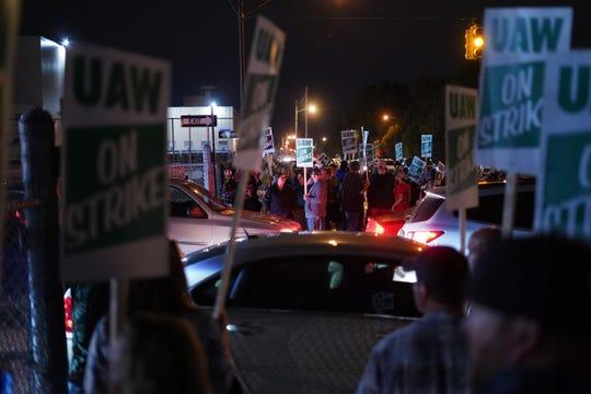 Trabajadores abandonan la planta de Flint Assembly, en Michigan, mientras participan en una huelga nacional contra General Motors después de estancarse las negociaciones contractuales con la empresa automotriz. Foto: Ryan Garza /Detroit Free Press.