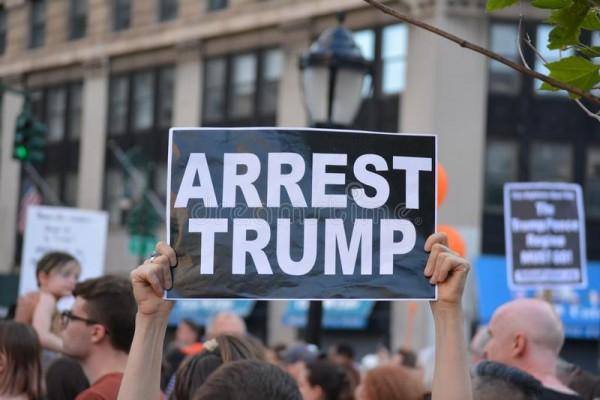 En la protesta contra ICE en la ciudad de Nueva York, manifestantes piden que se arreste al presidente. Foto: www.dreamstime.com.