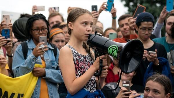 Mientras los delegados de la Cumbre de Acción Climática de la ONU se reúnen en Nueva York, los verdaderos líderes son los jóvenes que presionan por la justicia climática en las calles. Con el megáfono, la activista juvenil sueca, Greta Thunberg. Foto: www.outsideonline.com.