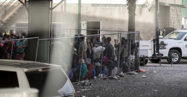 Familias dentro de un área temporal de retención de migrantes establecida por Aduanas y Protección Fronteriza bajo el Puerto Internacional de Entrada de Paso del Norte entre Juárez, México y El Paso, Texas. Foto: BuzzFeed News.
