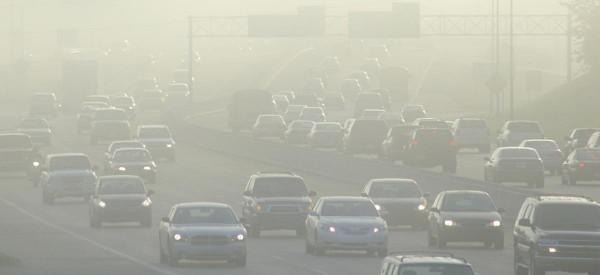 Casi la mitad de todos los estadunidenses, aproximadamente 150 millones viven en áreas que no cumplen con los estándares federales de calidad del aire. Los vehículos de pasajeros y los camiones pesados son una fuente importante de esta contaminación, que incluye ozono, partículas y otras emisiones formadoras de smog. Foto: www.ucsusa.org.
