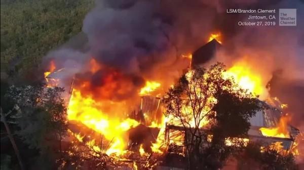 Nuevas evacuaciones por el fuego de California cerca de Los Ángeles a medida que se extienden las llamas provenientes del norte del estado. Varios nuevos incendios forestales estallaron durante el fin de semana a medida que los fuertes vientos continúan creando las condiciones más propicias para que se propaguen los infiernos. Foto: /weather.com.