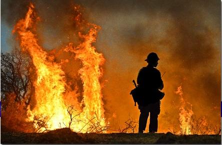 Bombero hace frente a los incendios. Foto: Santa Barbara Fire Department.