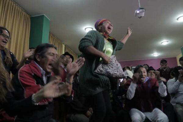 Estalla la alegría general al saberse el anuncio del gobierno de Ecuador, que derogó el Decreto 833 suscrito con el FMI. Foto. Facebook.