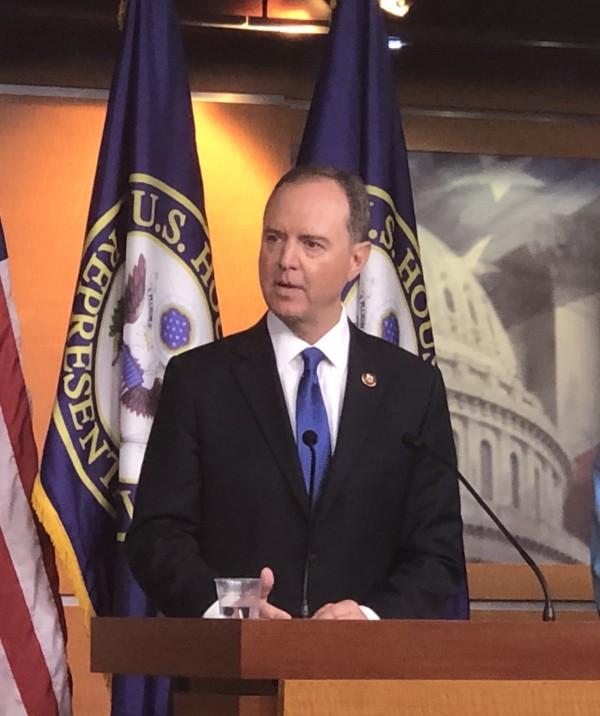 Adam Schiff, Presidente del Comité de Inteligencia de la Cámara de Representantes dirige la investigación del juicio político que la cámara baja le sigue a Trump.