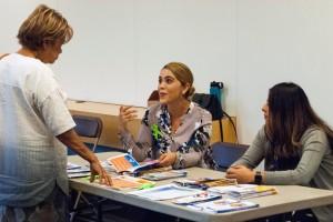Ana Cari Corona y Susana Montes -a la derecha- dan información de salud mental a una señora.