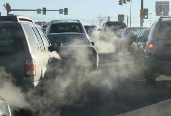 El tubo de escape o la emisión del carbono de los combustibles fósiles es uno de las principales causas del calentamiento terrestre. Foto: www.sierraclub.org.