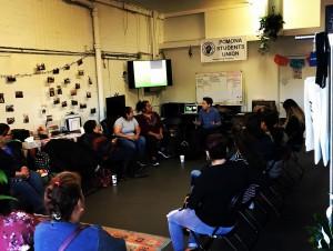 Reunión con un grupo de estudiantes sobre el impacto de las políticas migratorias y la salud mental de los migrantes.