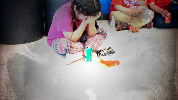 Esta niña no identificada se halla en una calle de Mississippi sola luego de los agentes de ICEE arrestaron y se llevaron a sus padres, en una redada que arrestó a 680 inmigrantes indocumentados Foto: www.reason.com.