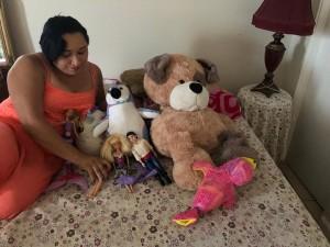 Entre los juguetes de su hijita, Melissa nos cuenta los traumas de la separación familiar.