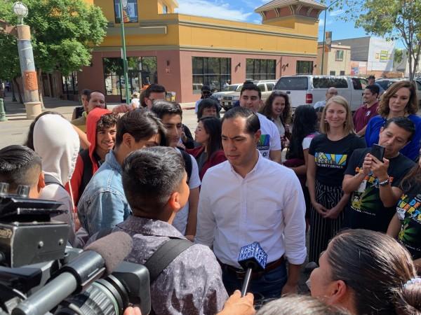 El candidato a la nominación del Partido Demócrata por la presidencia de Estados Unidos en 2020, Julián Castro visita un campamento de desamparados en un callejón del vecindario de Fruitvale, en Oakland, California. Foto: Samuel Orozco.