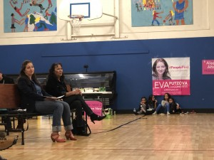 Eva Putzova, candidata al Congreso por el Distrito 1 de Arizona, junto a María Madrid, la madre de Frankie.