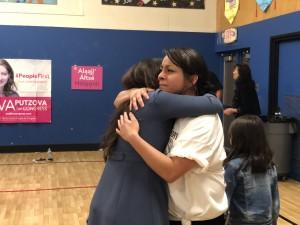 Dulce Bojórquez abraza a Zaira Livier, durante el evento para recordar a su hermano Frankie Madrid.