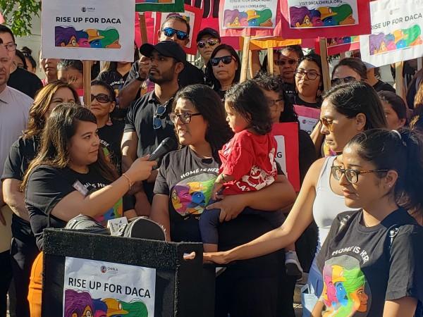 Karen Osorio comparte su historia con su pequeña hija en sus brazos
