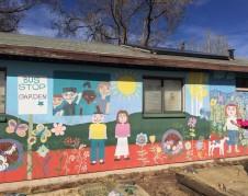 Un mural cerca de la escuela Killips que Frankie Madrid ayudó a pintar en su infancia. El arte lo muestra a él saludando a lo lejos.
