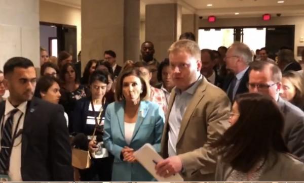 La líder de la mayoría demócrata en la Cámara de Representantes, Nancy Pelosi a punto de iniciar una conferencia de prensa.
