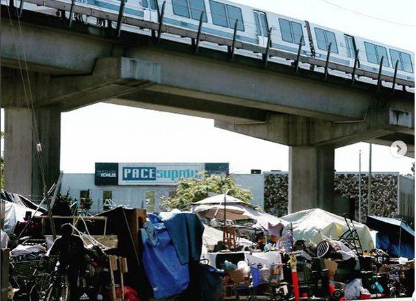 Campamento de desamparados en Oakland, California, cerca de una estación del BART. Foto cortesía de NorCalLawyer / Instagram.