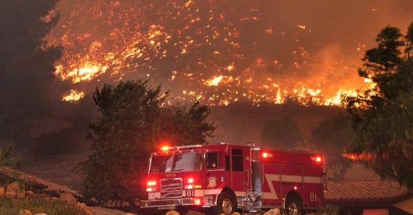 Los bomberos se dedican a ayudar a las víctimas de incendios forestales en el norte de California. Foto: www.drivesaversdatarecovery.com.