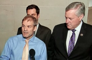 Jym Jordan (de camisa azul), representante republicano por el 4to distrito del Congreso por Ohio desde 2007, ha sido el miembro de mayor rango del Comité de Supervisión de la Cámara de Representantes desde 2019. Es miembro fundador del Freedom Caucus, y uno de los más fieles defensores del presidente Trump.
