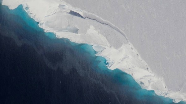 El agujero, del tamaño de Florida y 300 metros de altura, es una prueba de que el peligroso glaciar —que es responsable de casi 4% del aumento del nivel del mar— se está derritiendo, dice un estudio de la NASA (National Aeronautics and Space Administration). Foto: www.nasa.gov.