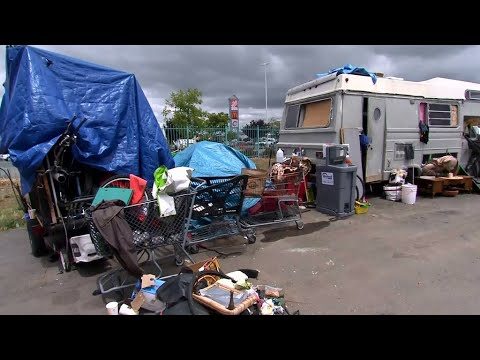 Campamento de desamparados en calles de un vecindario de Fruitval en Oakland, California. Foto: YouTube.