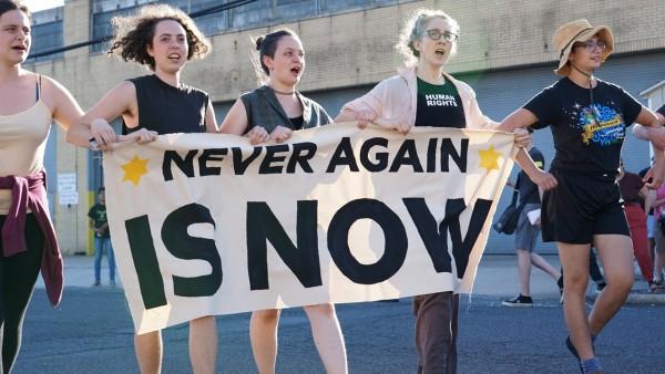 Cientos de personas asisten a una protesta frente a una instalación de ICE en Elizabeth, N.J., organizada por un nuevo grupo judío llamado Never Again Action, Foto / Twitter @NeverAgainAction.