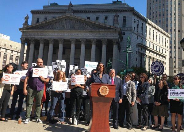 Frente a la Corte Federal en Nueva York, la Fiscal General, Lettitia James se pronuncia contra la regla de Carga Pública de la administración Trump. Foto: www,gothamist.com.