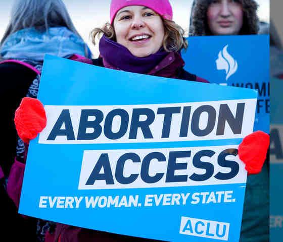 Mujeres se manifiestan contra legislación que prohíbe el aborto en Alabama. Foto: www.aclu.org.