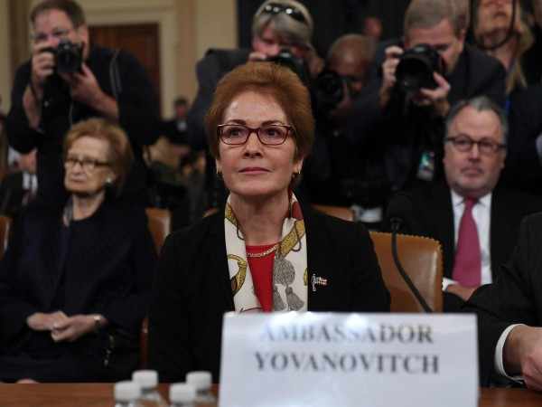La exembajadora de EE UU en Ucrania, Marie Yovanovitch, juramentando antes de rendir testimonio en el comité de Inteligencia del Congreso. Foto: www.tpr.com.
