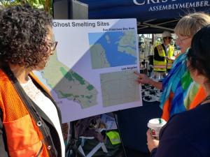 Activista Jane Williams, señala dónde están las Fundidoras Fantasma en California.