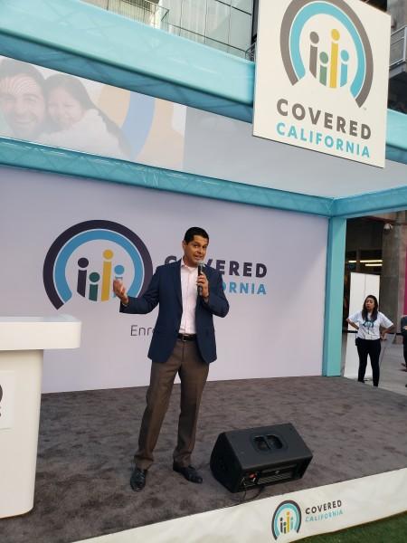 Asambleista demócrata MIguel Santiago apoya esfuerzos de Covered California.