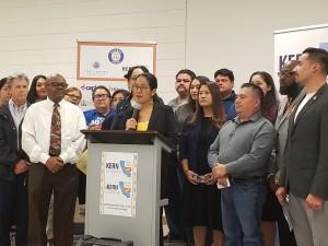 Camila Chávez, Directora Ejecutiva de la Fundación Dolores Huerta, inicia la conferencia de prensa reunión del Comite de Kern Para un Conteo Completo del Censo.