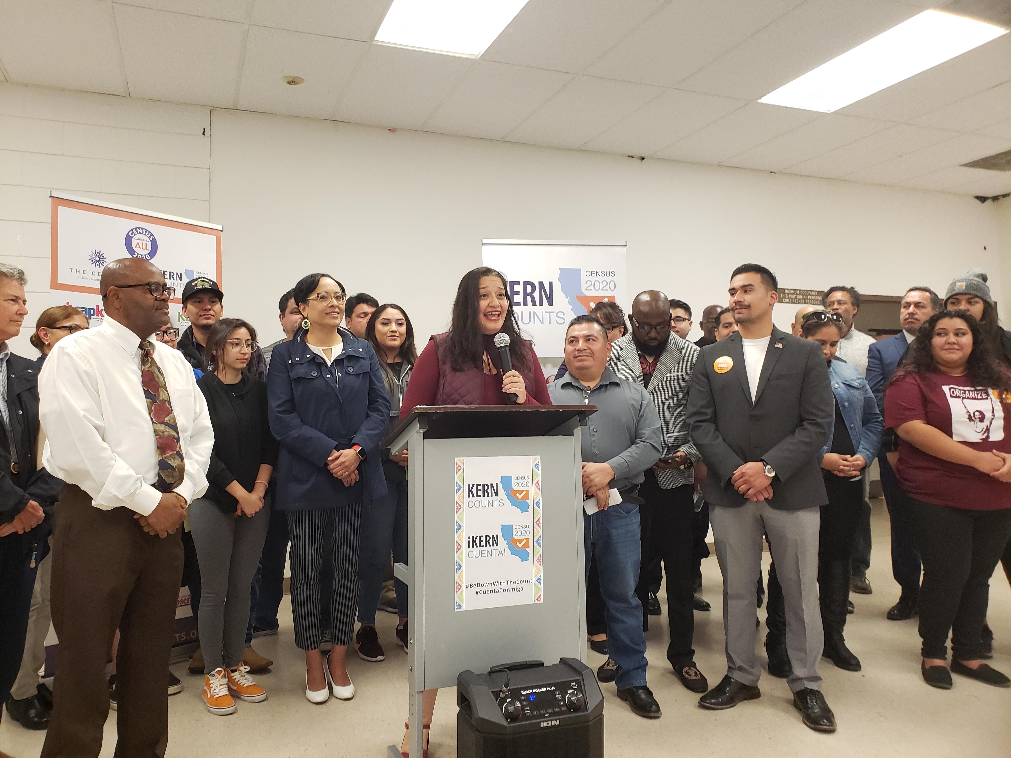 Cindy Quezada, de Sierra Health Foundation, a su derecha La Supervisora del Condado Kern, Leticia Pérez.