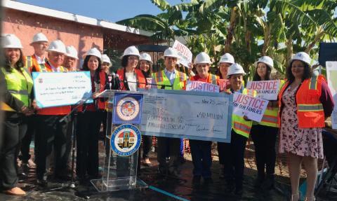 Dos cheques simbólicos del dinero que recibirán para la acelerar la limpieza. Foto: Cortesía del Condado de L.A.