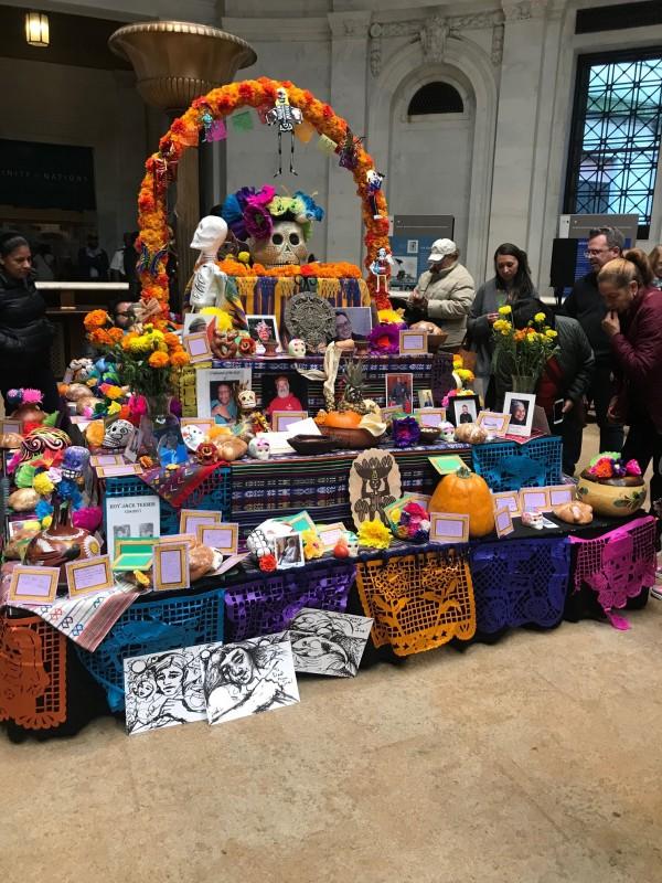 Altar / Ofrenda de Día de Muertos en el Museo del Indio Americano en la ciudad de Nueva York.